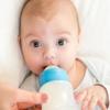 Икота или срыгивание у новорожденных после кормления: причины