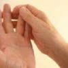 Почему немеет безымянный палец на левой руке?